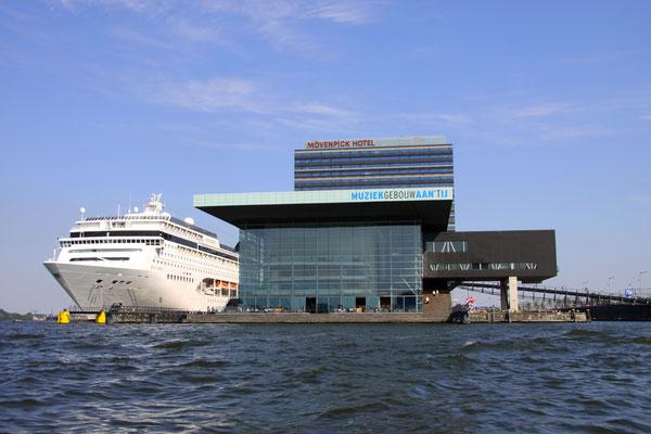 Foto genomen tijdens een heerlijke zomerse dag met vriendjes op het water Amsterdam 2008 . De foto is uitgekozen voor de Europese zegel 2012