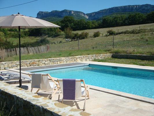 La piscine, les prés et les falaises d'Eyzahut