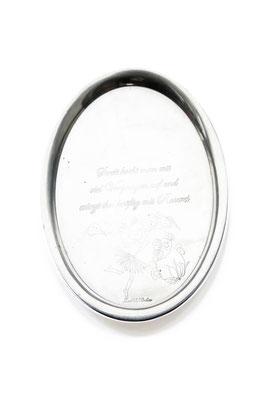 ANGELA SCHILLING  I  Silbertablett graviert  I  Streit kocht man mit viel Vergnügen auf und würzt in kräftig mit Raserei  I  26,5 x 22 cm