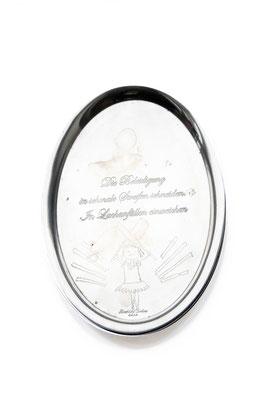 ANGELA SCHILLING  I  Silbertablett graviert  I  Die Beleidigung in schmale Streifen schneiden. In Lachanfällen einweichen  I  26,5 x 22 cm