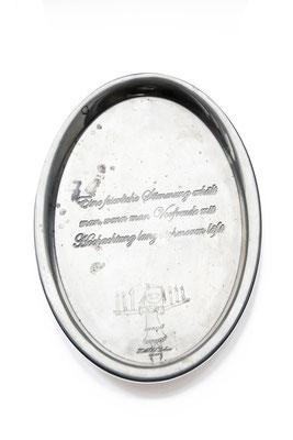 ANGELA SCHILLING  I  Silbertablett graviert  I  Eine feierliche Stimmung erhält man, wenn man Vorfreude mit Hochachtung lange schmoren lässt  I  26,5 x 22 cm