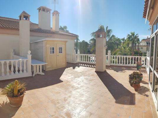 Terrasse / Terrassenmöbel stehen zur Verfügung