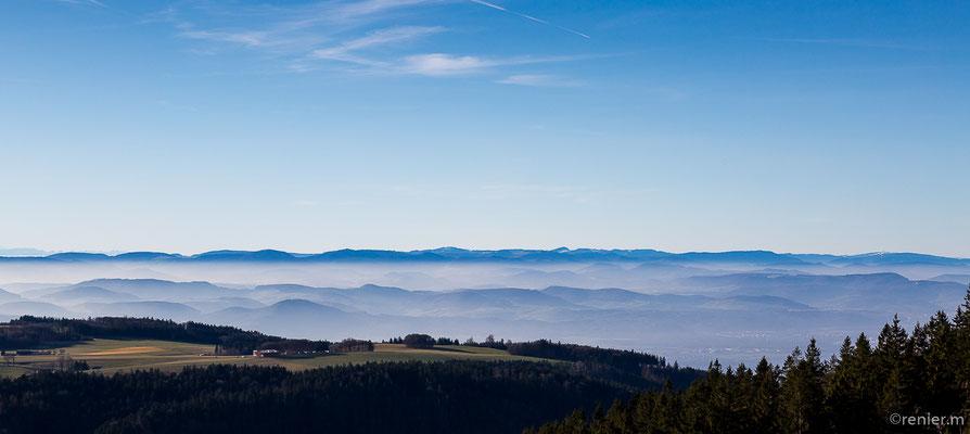 Schweizer Jura, vorn der Segelflugplatz Hütten