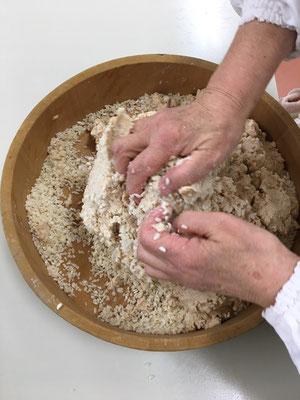 ❹大豆、塩切りした麹をまぜる