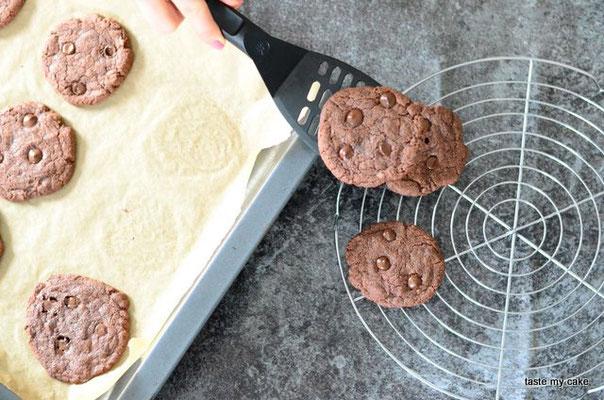 Die glutenfreien und veganen Cookies von taste my cake auf einem Kuchengitter auskühlen lassen