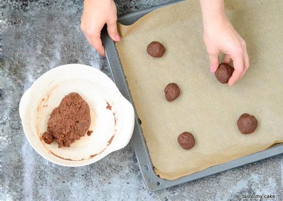 Die glutenfreien und veganen Teigkugeln auf ein Backblech legen