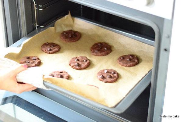 Die glutenfreien und veganen Cookies von taste my cake in den Backofen schieben