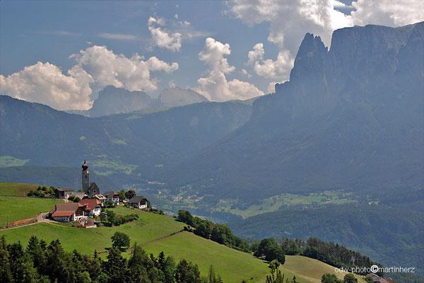 Italien, Südtirol, Erdpyramiden Lengmoos am Ritten mit Blick auf die Santnerspitze des Schlernmassis