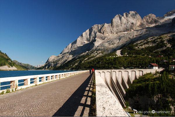 Italien, Südtirol, Staumauer des Lago di Fedaia am Fuße des Marmoladamassivs.