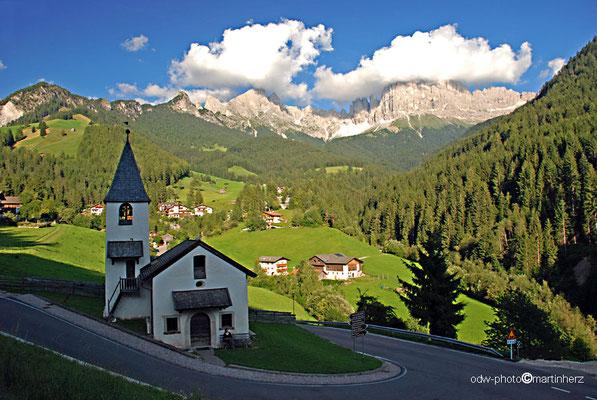 Italien, Südtirol, Dolomiten, Tiers - St.Zyprian mit Rosengarten