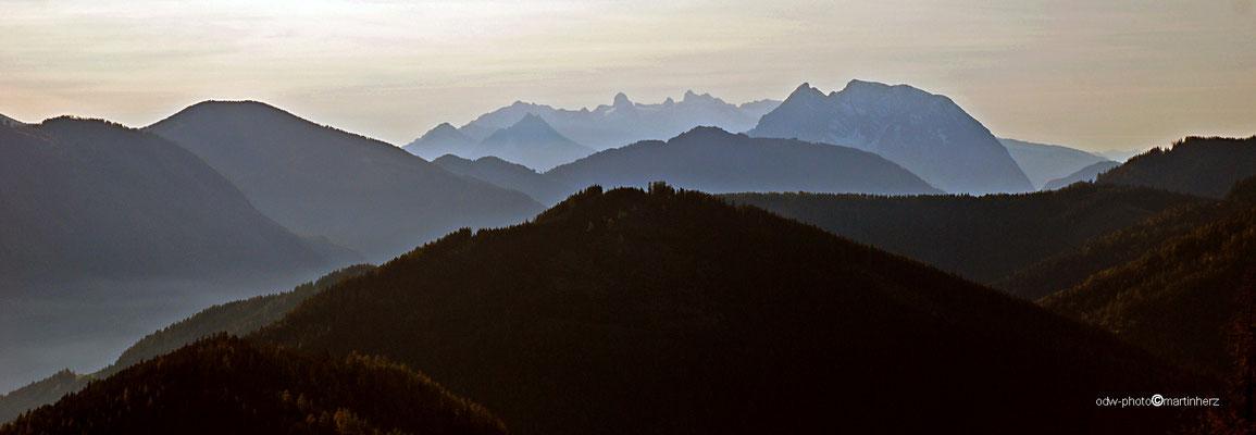 Österreich, Obersteiermark, die Bergketten im Hintergrund Dachstein (links)   Grimming (rechts)