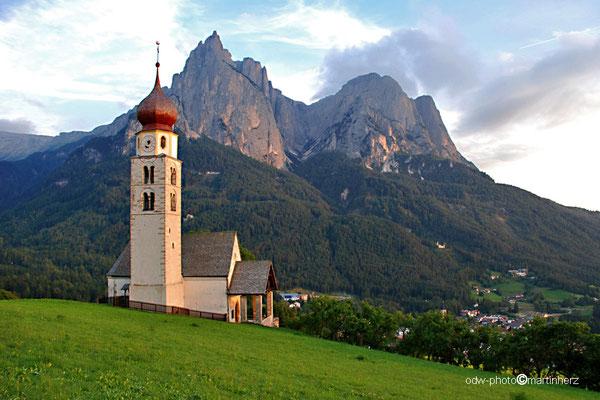 Italien, Südtirol, Dolomiten, Seis, Kirche zum Hl. Valentin, im Hintergrund die Santnerspitze des Schlernmassivs.