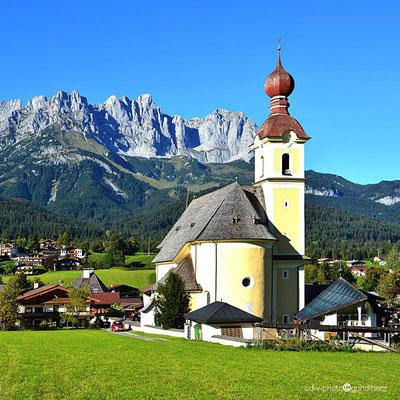 """Österreich, Tirol, Tiroler Unterland, Going am Wilden Kaiser mit Kirche """"Zum Heilgen Kreuz"""" und dem Kaisergebirge"""