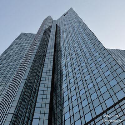 Deutschland, Frankfurt/Main, Glasfasaden der Deutschen Bank Filiale
