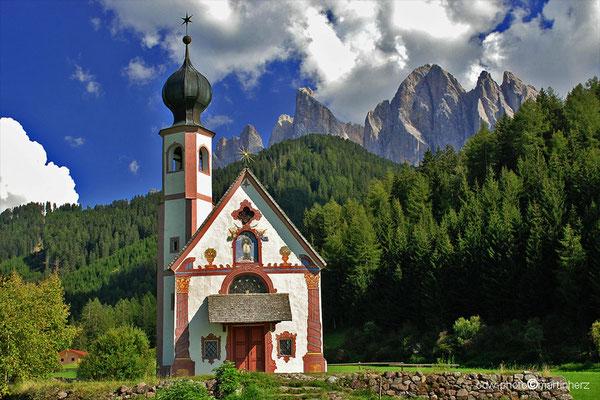Italien, Südtirol, Dolomiten, St. Magdalena im Villnösstal, Bild: Ranui-Kirchlein mit den Geislerspitzen