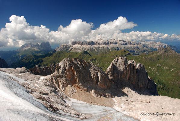 Italien, Südtirol, Blick von der  Marmolada zum Langkofel (links) und zur Sella (rechts)