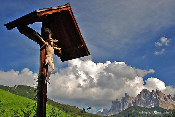 Italien, Südtirol, Dolomiten, St. Magdalena im Villnösstal mit den Geislerspitzen