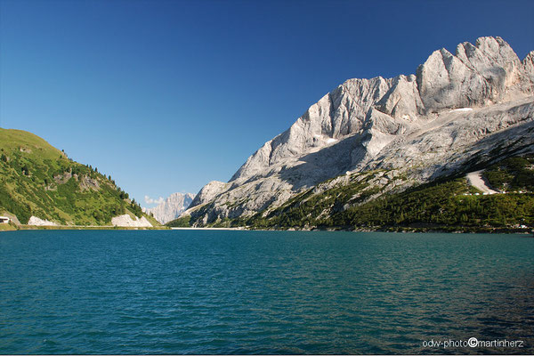 Italien, Südtirol, Lago di Fedaia, die Felswände rechtsgehören zum Marmoladamassiv