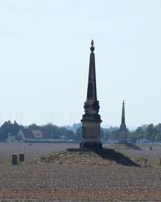 Obelisk 2 bei Radewitz, dahinter Obelisk 1 bei Glaubitz. Entfernung 380 m