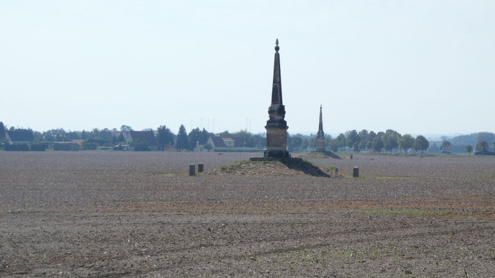 Obelisk 2 bei Radewitz, dahinter Obelisk 1 mit Blick auf Glaubitz.