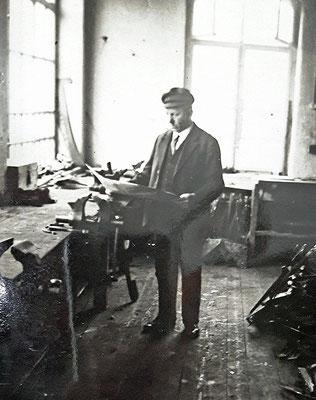 Robert Heuer in einer Werkstatt der Radeberger Firma. Quelle: Sammlg. Rieprich
