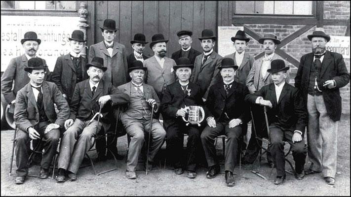 Heinrich Gläser (sitzend Mitte, 3. von rechts) und Emil Heuer (sitzend 2. von rechts), ganz rechts sitzend Robert Heuer. Um 1900. Quelle KWD