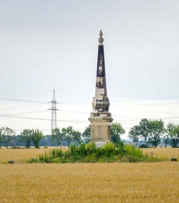 Obelisk 3 bei Streumen. Foto: Wikimedia Radler59, Liz. CC BY-SA 4.0