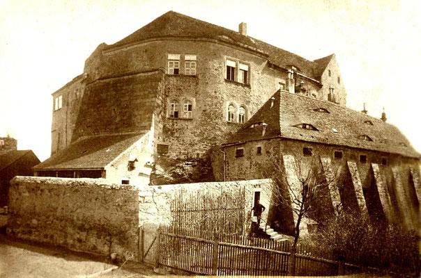 Ansicht vom Schlossgarten mit Vorburg und Gefängnishof, um 1900. Der Anbau an der nordwestlichen Stützmauer ist etwa 1960 verfallen und beräumt worden.