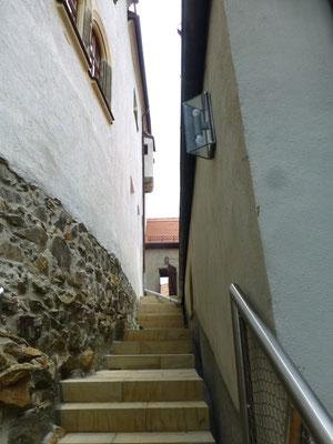 Die wieder errichtete alte Treppe zwischen Haupt- (li.) und Vorburg (re.). Sie führt vom oberen südlichen Schlosszugang direkt in den ehem. Gefängnishof und weiter in den Schlossgarten.