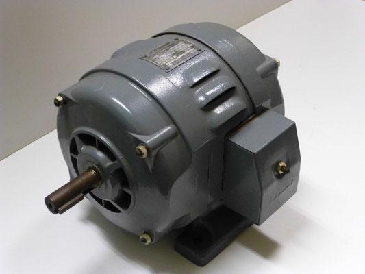 Drehstrom-Motor mit Käfigläufer, 0,63 kW (0,86 PS), 1.410 U/min, Typ M 63 154, Gleitlager, tropfwassergeschützt, gefertigt im Sachsenwerk Radeberg 1950.  Preis ab Werk 1949:  101,00 DM.  Originalzustand (Werksmuseum).