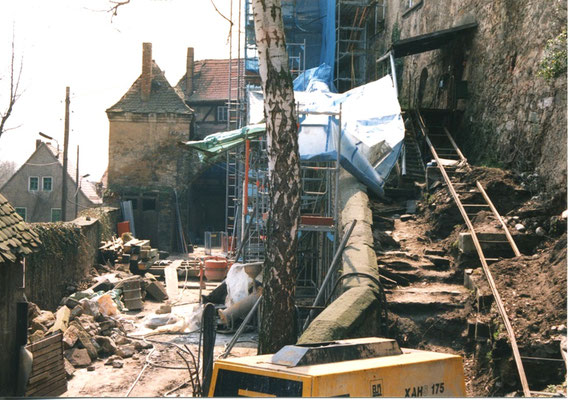 Chaos im Unteren Schlosshof. Aufn. Museum Schloss Klippenstein.