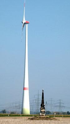 290 Jahre Zeitunterschied - Technik-Unterschied, Obelisk 2 bei Radewitz und die Windkraftanlage Streumen