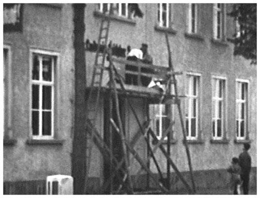 Anlässlich des 75-jährigen Schul-Jubiläums 1959 ist die Beschriftung angebracht worden.