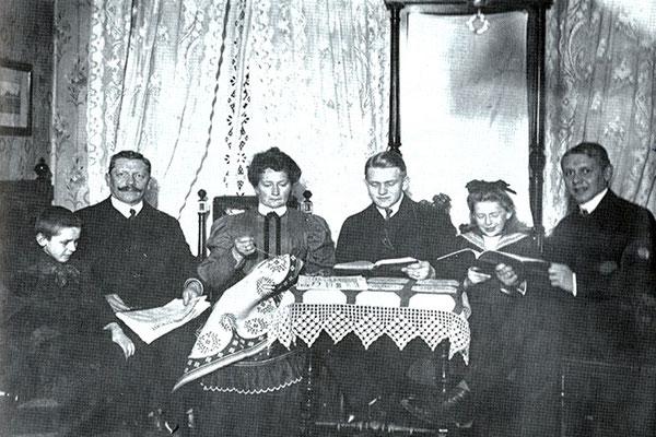 Familie Heuer in ihrer Wohnung Dresden, Rampische Straße 6, um 1905. V.l.n.r.: Erich, Emil, Bertha, Georg, Johanna, Edmund.