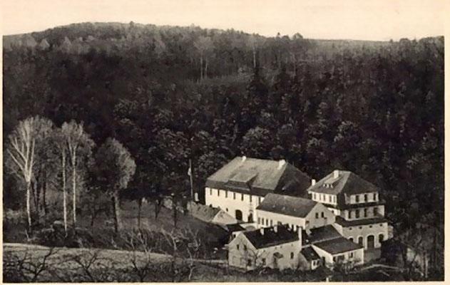 """Niedermühle Seifersdorf, Gesamtanlage um 1940. """"Kreisschule"""" der NSDAP. Hinten die Höhenzüge Richtung Schönborn."""