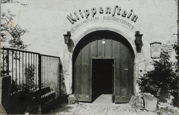 """Schlossportal 1954, die plastischen Buchstaben waren ein """"Markenzeichen"""" des Schlosses. Aufn. Museum Schloss Klippenstein."""