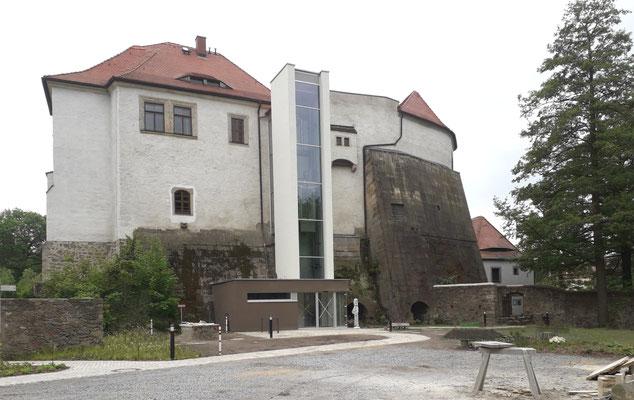 Schlossgarten 2019 mit dem neuen Außen-Aufzug. Die alte Stützmauer an der Nordwest-Wand ist mit ihren gewaltigen Ausmaßen original erhalten.