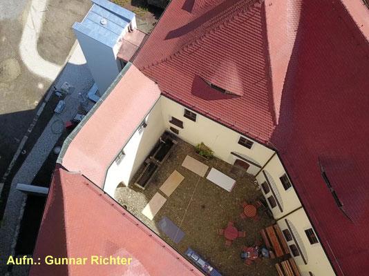 Blick in den Oberen Schlosshof 2019. Li. oben: der neue Turm des Außen-Aufzuges