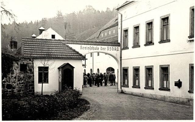"""Niedermühle Seifersdorf, """"Kreisschule der NSDAP"""". Um 1940. Blickrichtung zur flussaufwärts gelegenen Marienmühle."""