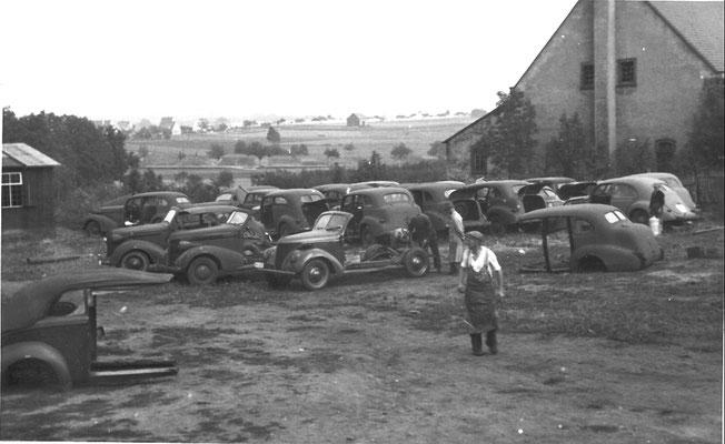 Reparatur-, Lager- und Abstellplatz für defekte Fahrzeuge und  Ersatzteile;   Werk IV Radeberg Oststraße,  1940er Jahre.  Im Hintergrund: Kleinwolmsdorfer und Wallrodaer Straße. Quelle:  Sammlung B. Rieprich