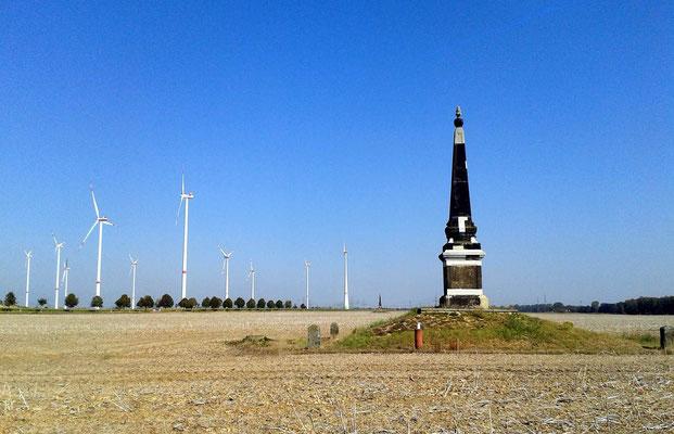 Obelisk 1 bei Glaubitz; dahinter die Windkraftanlage bei Streumen