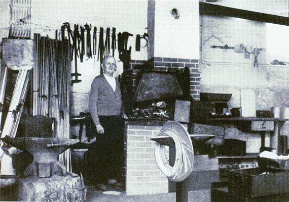 Ernst Heuer in seiner Schmiede in Lotzdorf (Radeberg), An den Dreihäusern 1. Um 1950. Quelle: Sammlg. Rieprich