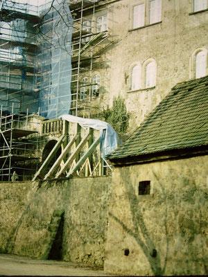 Reitertreppe nach Einsturz provisorisch gesichert, der Wohnturm ist eingerüstet. Aufn. Museum Schloss Klippenstein.