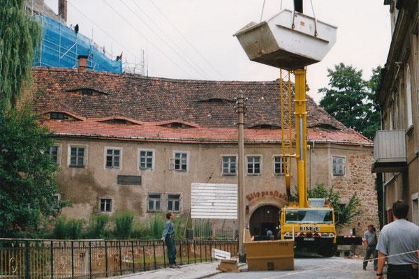 Die Bauarbeiten im Unteren Schlosshof beginnen ab 1993. Aufn. Museum Schloss Klippenstein.