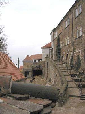 Die Reitertreppe ist im Wesentlichen fertiggestallt; die Fassade der Hauptburg (Südost-Wand) ist noch nicht saniert. Aufn. Museum Schloss Klippenstein.