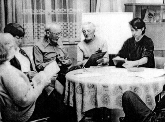 Diskussion über Arbeiten; v.l.n.r.: Ursula Demmler, Elfriede Hofmann, Kurt Grässel, Rosso H. Majores, Heidi Rosenkranz