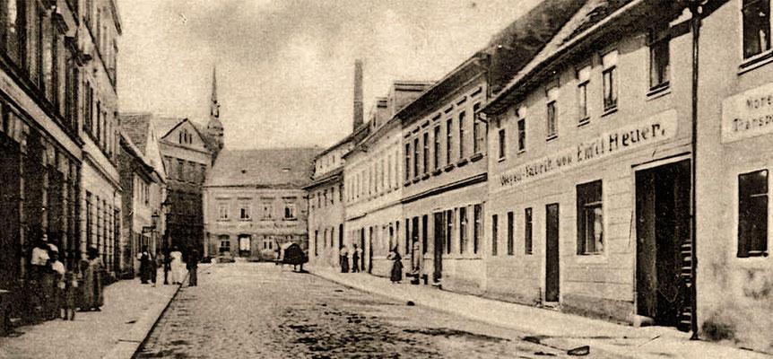 """Emil Heuers erste Firma, die """"Wagenbauerei"""" in Radeberg, Pulsnitzer Straße 4 (rechts im Bild)."""