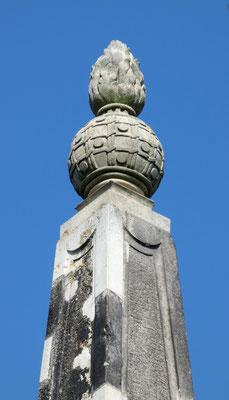 """Obelisk 4 bei Zeithain: Spitze """"Flammende Granate"""" mit Band-Struktur"""