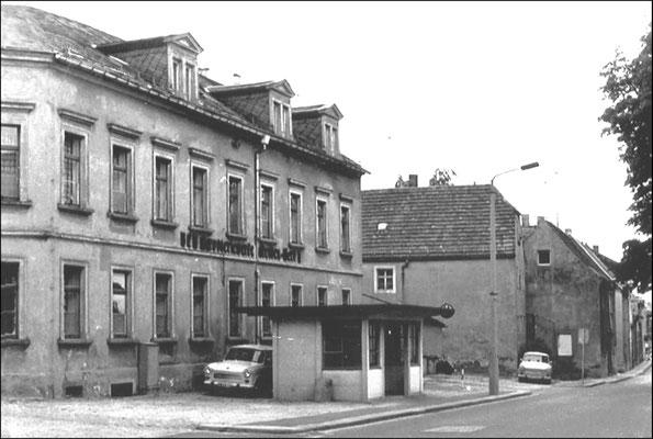 """Das Gebäude des ehem. Gasthofes """"Sächsischer Reiter"""", Oberstraße 16 in Radeberg, wie es Heuer 1920 kaufte und ab 1920/21 zum Büro- und Verwaltungsgebäude der """"Wagenfabrik Emil Heuer"""" ausbaute.  Foto nach 1960 als """"VEB Karosseriewerke Dresden - Werk I"""""""