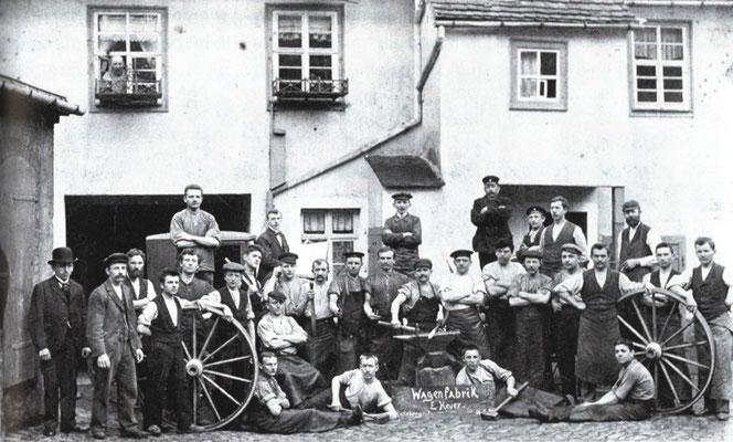"""1900 Neufirmierung der """"Wagenfabrik Emil Heuer"""" Radeberg, Pulsnitzer Straße 4,   Ganz links Geschäftsführer Robert Heuer mit Belegschaft. Quelle: Sammlung B. Rieprich"""